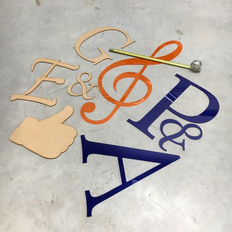 Lettres découpées en Plexiglas, Médium ou autres matériaux et à vos dimensions.