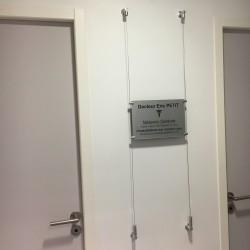 Kit câble à fixer sur mur, y compris 4 supports de plaque.