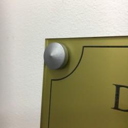 Cache vis conique Ø 18 (lot de 4u). Matériau: Laiton chromé mat. Mise en situation sur une plaque de 300 x 200 mm.