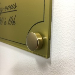 Cache vis bombé en laiton Ø 16 mm. Mise en situation sur une plaque de 300 x 200 mm.